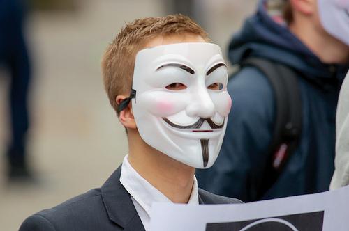 アノニマス仮面をつけた男性