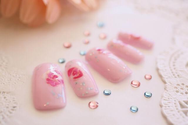 ピンク色のネイルチップ