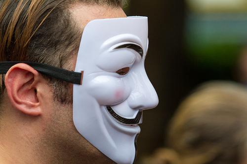 匿名の仮面を被った男