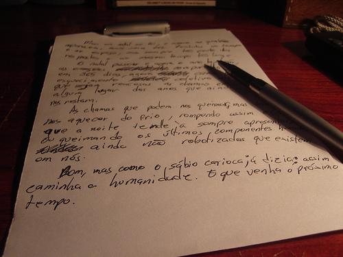 ペンと文字の書かれた紙