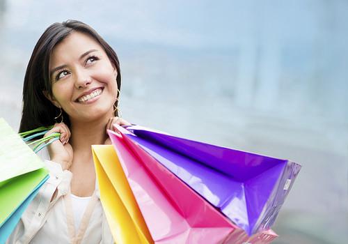 ショッピングバッグを持った女性