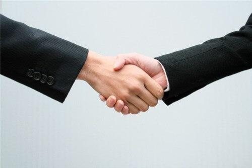 握手している二人